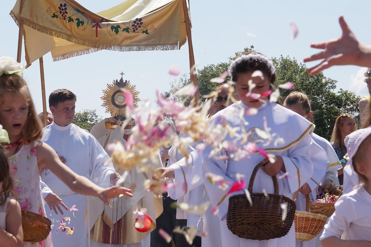 Католики провели массовые процессии Божьего Тела по центральным улицам [ФОТО]