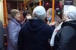 Видео: в Гомеле на Пасху католические бабушки спели в троллейбусе «Христос воскрес!»
