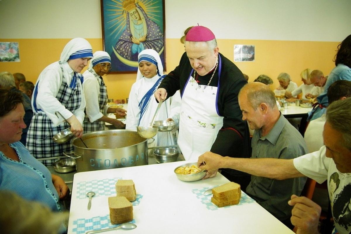 Посол Ватикана в Гомеле помог накормить бедных и бездомных